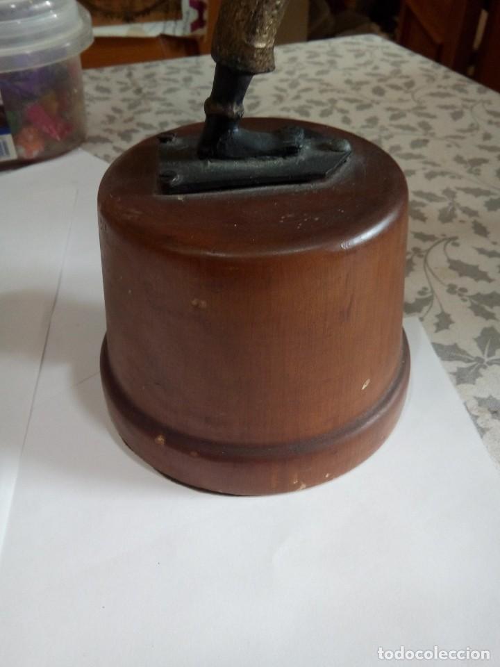 Antigüedades: ANTIGUA FIGURA DE METAL Y PEANA DE MADERA - Foto 6 - 148031062