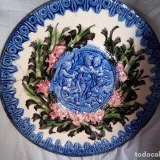 Antigüedades: CERÁMICA ITALIANA EN RELIEVE VIDRIADO CORO DE ÁNGELES CANTANDO 32 CM DE DIÁMETRO. Lote 148037166