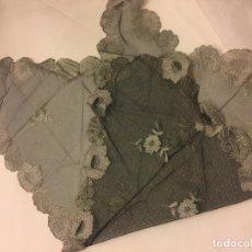 Antigüedades: ENCANTADORA MANTILLA DE 3 PICOS DE CURIOSO COLOR PLATEADO. MIDE APROX 109X47CMS. Lote 148047978