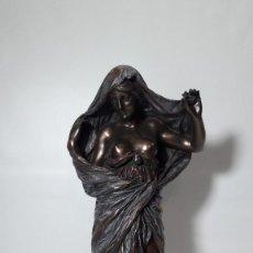 Antigüedades: ESCULTURA FIGURA MUJER BUSTO DESNUDO, MARCA VERONESE, RESINA CON LAMINADA BRONCE, MED. 29,5 CM.. Lote 148051978