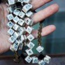 Antigüedades: GRANDE Y ORIGINAL ROSARIO EN PIEDRA E HILO METAL TRENZADO. Lote 148053806