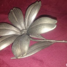 Antigüedades: BONITA FLOR DE CENTRO EN METAL CON HOJAS DESMONTABLES UTILES COMO CENICERO. Lote 148090638