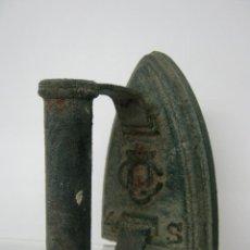 Antigüedades: ANTIGUA Y BELLA PLANCHA DE HIERRO EN VERDE CARRUAJE. Lote 148092462
