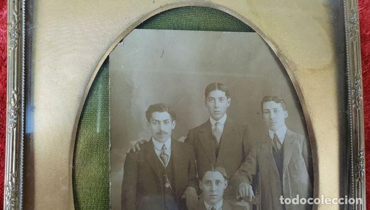 Antigüedades: PAREJA DE MARCOS PARA FOTOGRAFÍAS. METAL DORADO. SIGLO XIX-XX - Foto 2 - 148126310