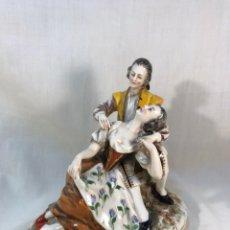 Antigüedades: FIGURA PORCELANA- ALEMANIA-DRESDEN- ESCENA AMOROSA-17 CM. Lote 148130825