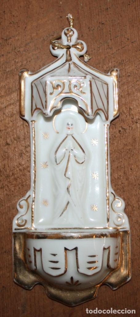 BONITA BENDITERA DE PORCELANA-NEOGOTICA-VIRGEN. (Antigüedades - Religiosas - Benditeras)