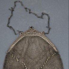 Antigüedades: BOLSO EN MALLA DE PLATA DE CIERRE RIGIDO CON CABUJON HACIA 1920. Lote 148294654