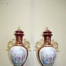 Antigüedades: PAREJA DE JARRONES ANTIGUOS PORCELANA ESMALTADA GRANATE. Lote 148327606