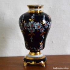 Antigüedades: JARRÓN DE PORCELANA LIMOGES * DECORACIÓN EN FLORAL * AZUL COBALTO Y ORO * 15CM ALTO. Lote 148343694