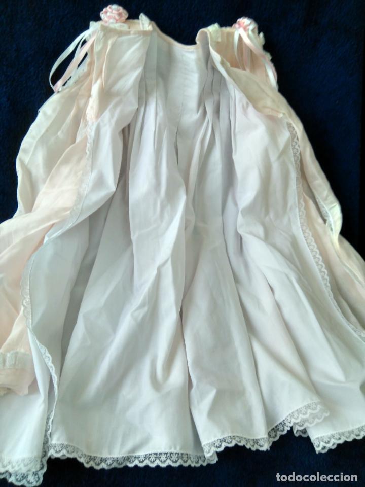 Antigüedades: Bonito vestido de niña, o faldón color rosa muy claro, puntillas muy elaborado. forrado - Foto 2 - 148357542