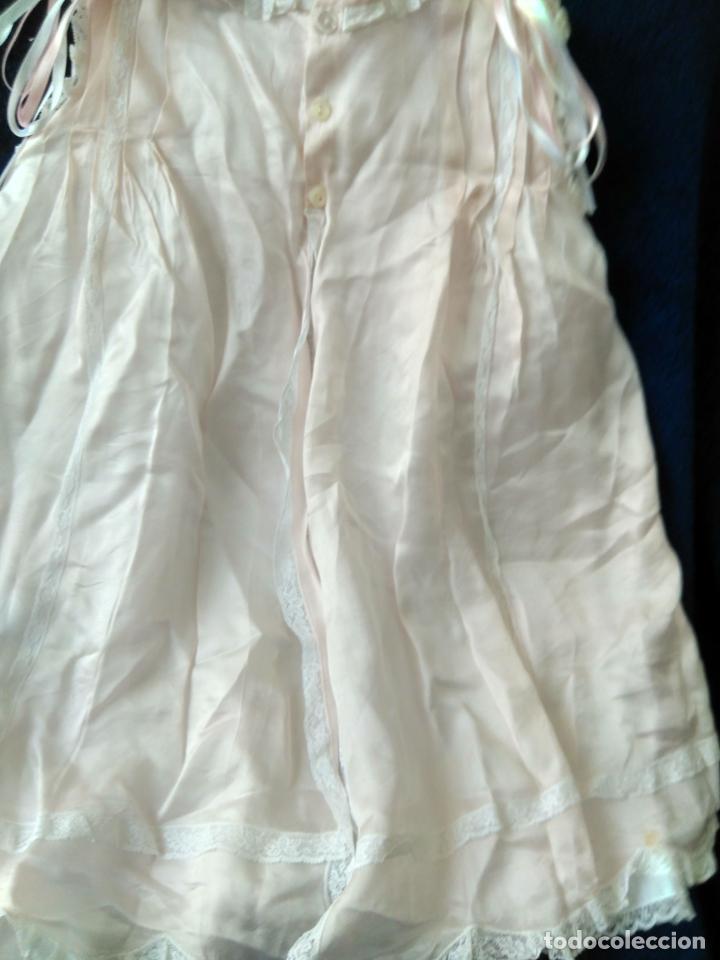 Antigüedades: Bonito vestido de niña, o faldón color rosa muy claro, puntillas muy elaborado. forrado - Foto 3 - 148357542