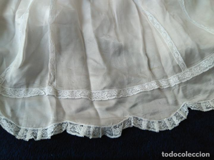 Antigüedades: Bonito vestido de niña, o faldón color rosa muy claro, puntillas muy elaborado. forrado - Foto 4 - 148357542