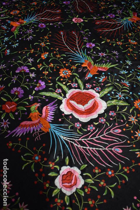 Antigüedades: Mantón de Manila raso de seda bordado a mano. Muy bello y con gran cantidad de bordados - Foto 2 - 148379970