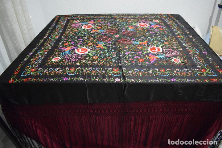 Antigüedades: Mantón de Manila raso de seda bordado a mano. Muy bello y con gran cantidad de bordados - Foto 3 - 148379970