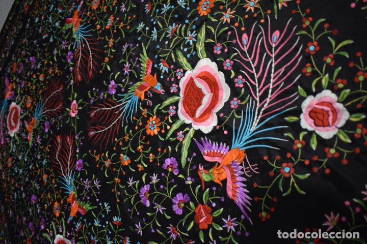 Antigüedades: Mantón de Manila raso de seda bordado a mano. Muy bello y con gran cantidad de bordados - Foto 4 - 148379970