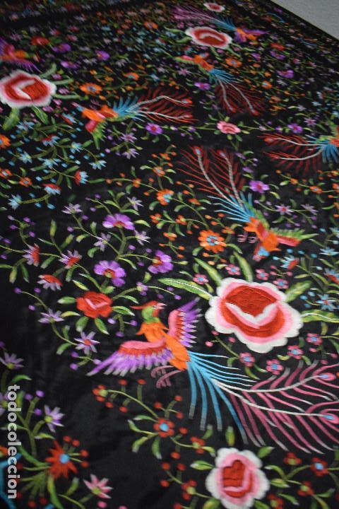 Antigüedades: Mantón de Manila raso de seda bordado a mano. Muy bello y con gran cantidad de bordados - Foto 7 - 148379970
