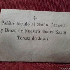 Antigüedades: PAÑITO TOCADO AL SANTO CORAZÓN Y BRAZO DE NUESTRA MADRE SANTA TERESA DE JESÚS.. Lote 148416361