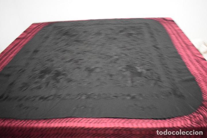 Antigüedades: Manton de Manila negro bordado con rosas. Ideal para fondo de armario. Muy llevable con todo . - Foto 3 - 148484638
