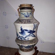 Antigüedades: JARRON ANTIGUO CHINO PINTADO EN BLANCO Y AZUL FIRMADO. Lote 148533016