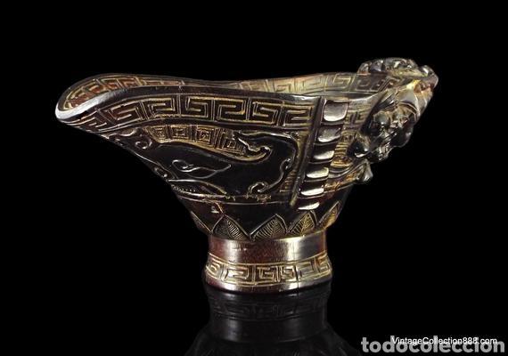 VIEJA COPA CHINA DE LIBACIÓN DE CUERNO TALLADO DRAGONES CHILONG, MÁSCARA TAOTIE. CHINESE OX HORN CUP (Antigüedades - Porcelanas y Cerámicas - China)