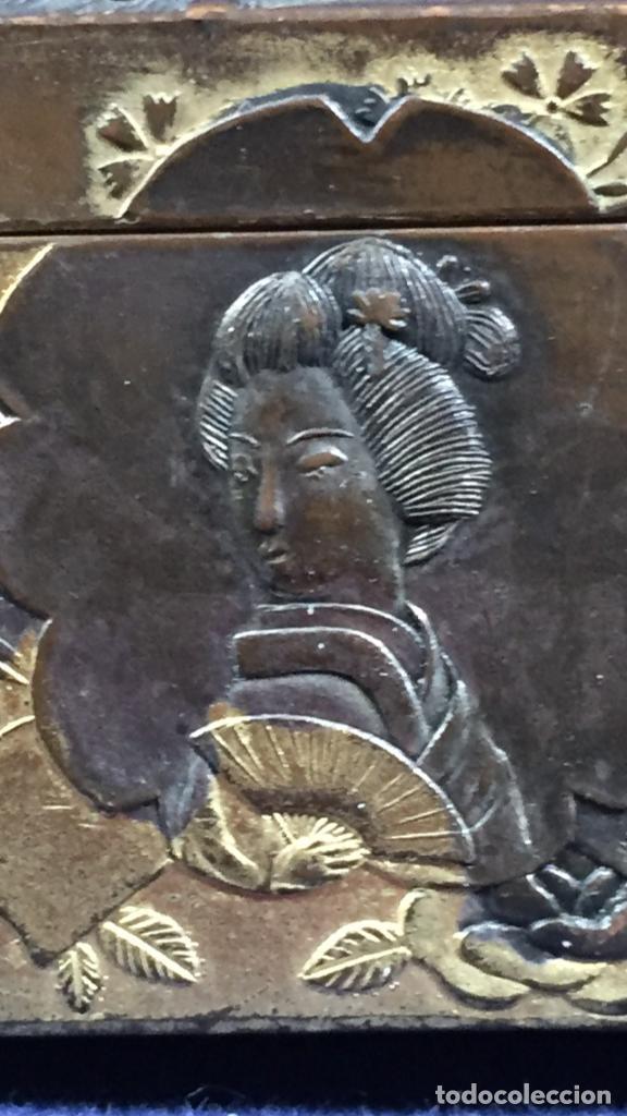 Antigüedades: CAJA PELTRE DORADO PATINADO JAPON PAVO REALES GEISHA CASAS AVES VEGETALES 3,5X7X5CMS - Foto 7 - 148572170