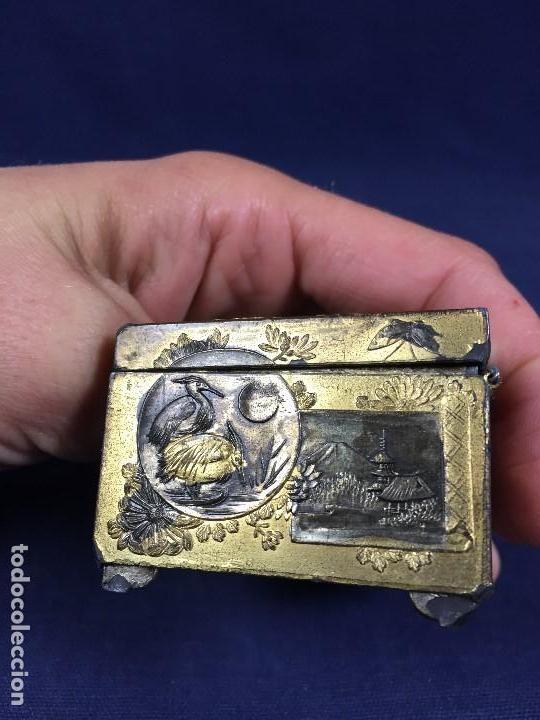 Antigüedades: CAJA PELTRE DORADO PATINADO JAPON PAVO REALES GEISHA CASAS AVES VEGETALES 3,5X7X5CMS - Foto 10 - 148572170
