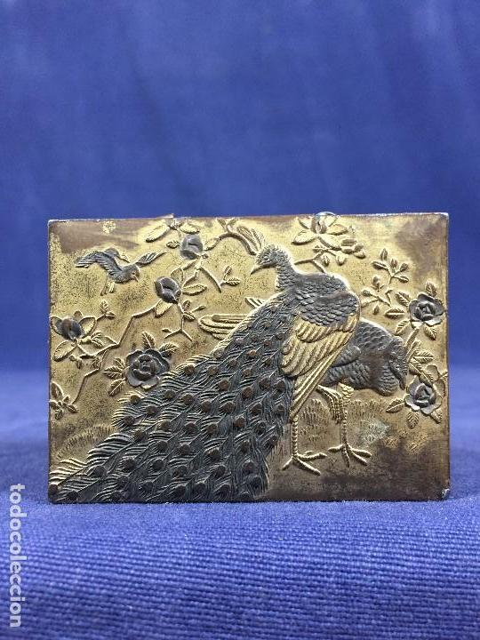Antigüedades: CAJA PELTRE DORADO PATINADO JAPON PAVO REALES GEISHA CASAS AVES VEGETALES 3,5X7X5CMS - Foto 13 - 148572170