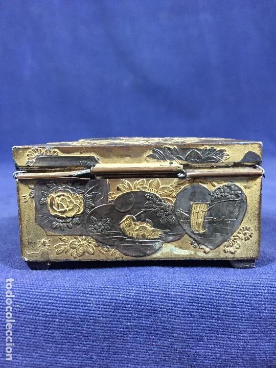 Antigüedades: CAJA PELTRE DORADO PATINADO JAPON PAVO REALES GEISHA CASAS AVES VEGETALES 3,5X7X5CMS - Foto 15 - 148572170