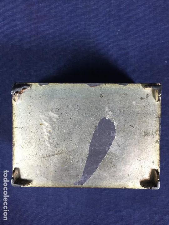 Antigüedades: CAJA PELTRE DORADO PATINADO JAPON PAVO REALES GEISHA CASAS AVES VEGETALES 3,5X7X5CMS - Foto 17 - 148572170
