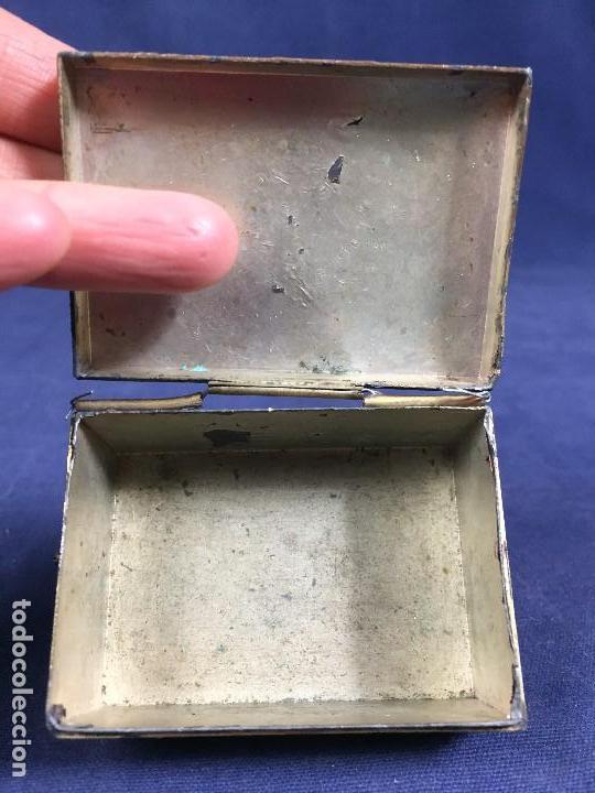 Antigüedades: CAJA PELTRE DORADO PATINADO JAPON PAVO REALES GEISHA CASAS AVES VEGETALES 3,5X7X5CMS - Foto 21 - 148572170