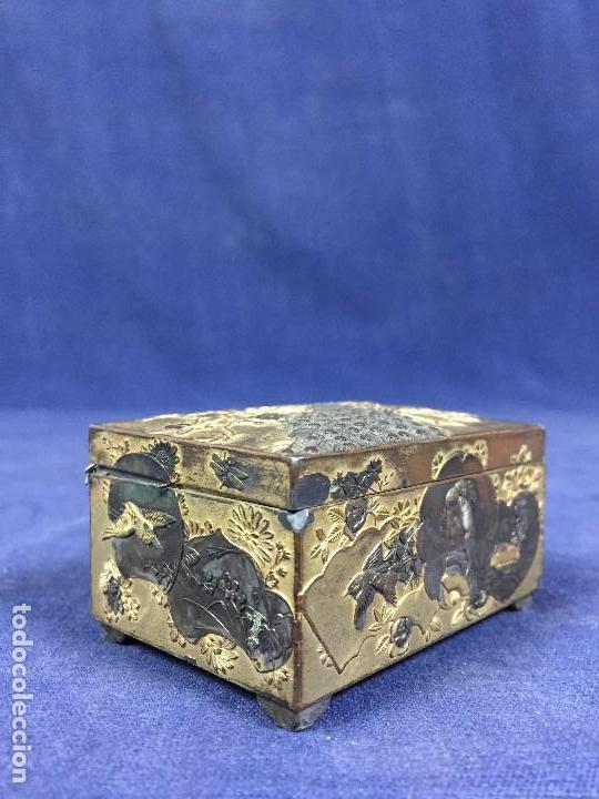 CAJA PELTRE DORADO PATINADO JAPON PAVO REALES GEISHA CASAS AVES VEGETALES 3,5X7X5CMS (Antigüedades - Hogar y Decoración - Cajas Antiguas)