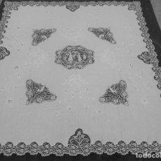 Antigüedades: MUY IMPORTANTE COLCHA -MANTEL DE HILO BORDADA A REALCE Y CON ENCAJE DE BOLILLOS. SIGLO XIX. Lote 148576850