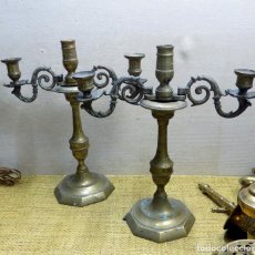 Antigüedades: PAREJA DE ANTIGUOS CANDELABROS, BRONCE 31 CM ALTURA, BUEN ESTADO. Lote 148624554