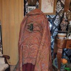 Antigüedades: CONSERVADO Y ANTIGUO MANTON ALFOMBRADO EN LANA CACHEMIR SG.XIX. 1870-1880. Lote 148656794