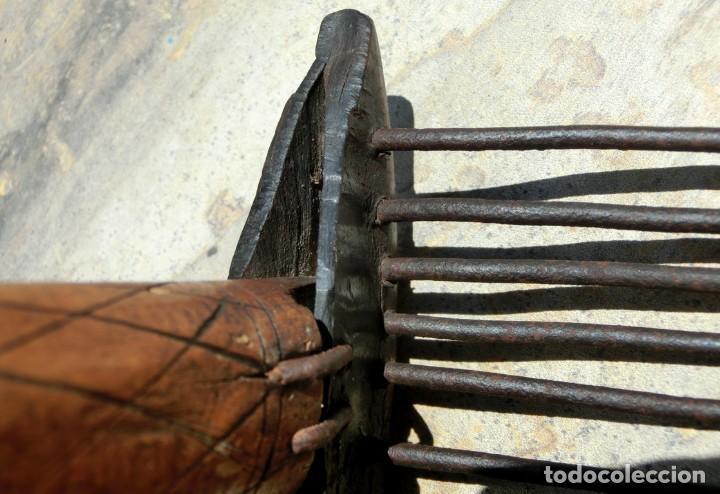 Antigüedades: ANTIGUO Y BONITO CARDADOR DE LANA - ARTE POPULAR - MADERA TALLADA - HIERRO Y ASTA - PIEZA COLECCIÓN - Foto 18 - 148680594