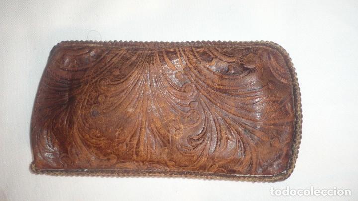 Antigüedades: Funda de gafas de piel legitima con bonitas filigranas - Foto 3 - 148684646