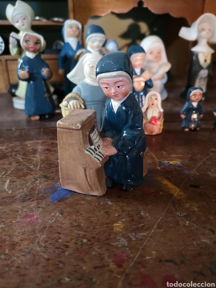 Antigüedades: Gran colección de figuras de monjas, diferentes épocas, material... de 4 a 15cm de altura - Foto 7 - 148691578