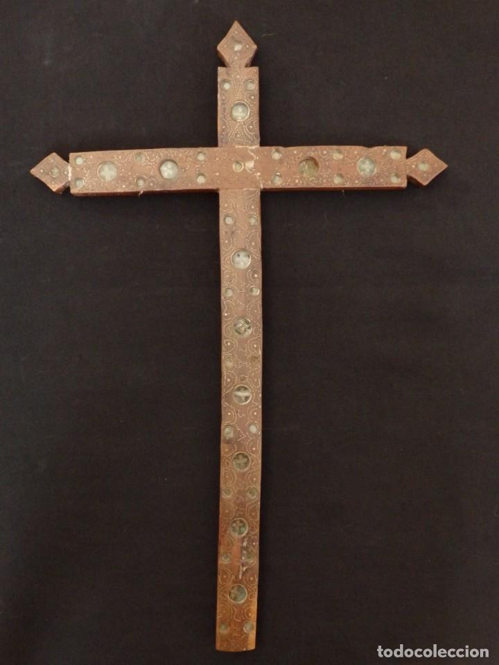 Antigüedades: Cruz relicario en madera tallada conteniendo cuarenta y dos oquedades. Siglos XVII.. - Foto 2 - 148702274
