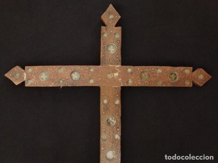 Antigüedades: Cruz relicario en madera tallada conteniendo cuarenta y dos oquedades. Siglos XVII.. - Foto 3 - 148702274
