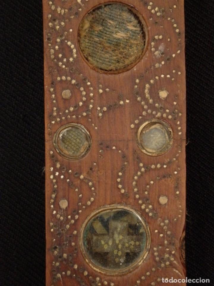 Antigüedades: Cruz relicario en madera tallada conteniendo cuarenta y dos oquedades. Siglos XVII.. - Foto 4 - 148702274