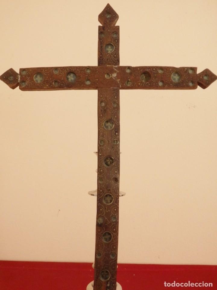Antigüedades: Cruz relicario en madera tallada conteniendo cuarenta y dos oquedades. Siglos XVII.. - Foto 6 - 148702274