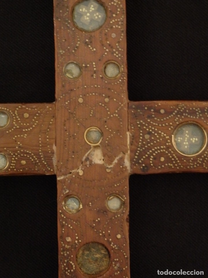 Antigüedades: Cruz relicario en madera tallada conteniendo cuarenta y dos oquedades. Siglos XVII.. - Foto 7 - 148702274