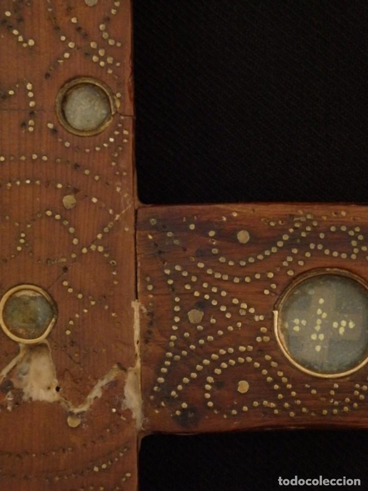 Antigüedades: Cruz relicario en madera tallada conteniendo cuarenta y dos oquedades. Siglos XVII.. - Foto 8 - 148702274