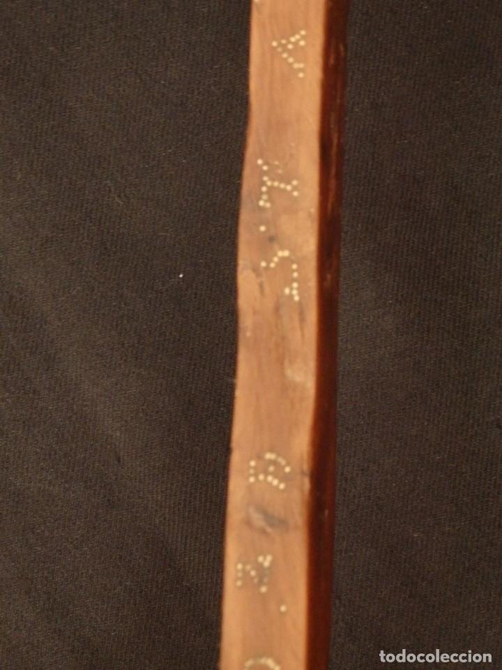 Antigüedades: Cruz relicario en madera tallada conteniendo cuarenta y dos oquedades. Siglos XVII.. - Foto 10 - 148702274