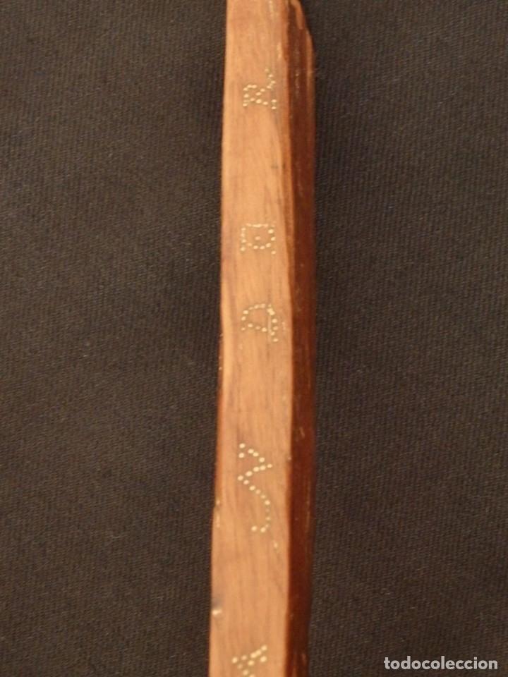 Antigüedades: Cruz relicario en madera tallada conteniendo cuarenta y dos oquedades. Siglos XVII.. - Foto 11 - 148702274