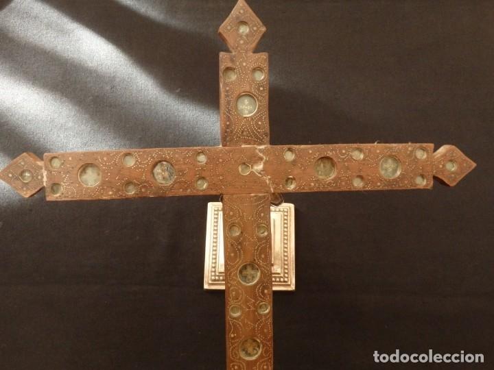Antigüedades: Cruz relicario en madera tallada conteniendo cuarenta y dos oquedades. Siglos XVII.. - Foto 15 - 148702274