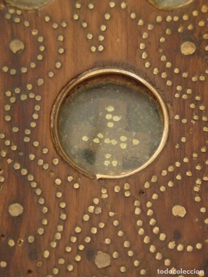 Antigüedades: Cruz relicario en madera tallada conteniendo cuarenta y dos oquedades. Siglos XVII.. - Foto 16 - 148702274