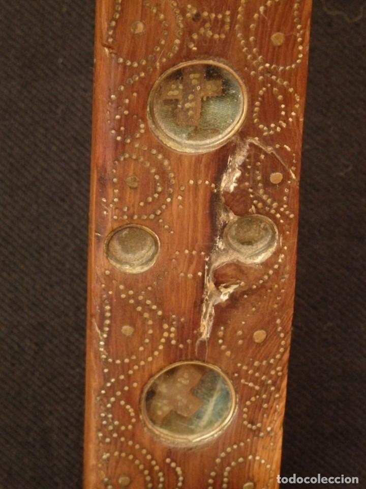 Antigüedades: Cruz relicario en madera tallada conteniendo cuarenta y dos oquedades. Siglos XVII.. - Foto 18 - 148702274