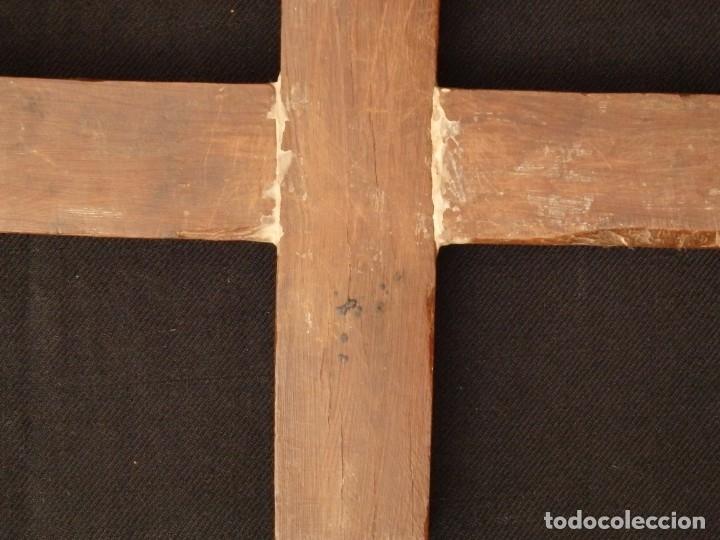 Antigüedades: Cruz relicario en madera tallada conteniendo cuarenta y dos oquedades. Siglos XVII.. - Foto 20 - 148702274