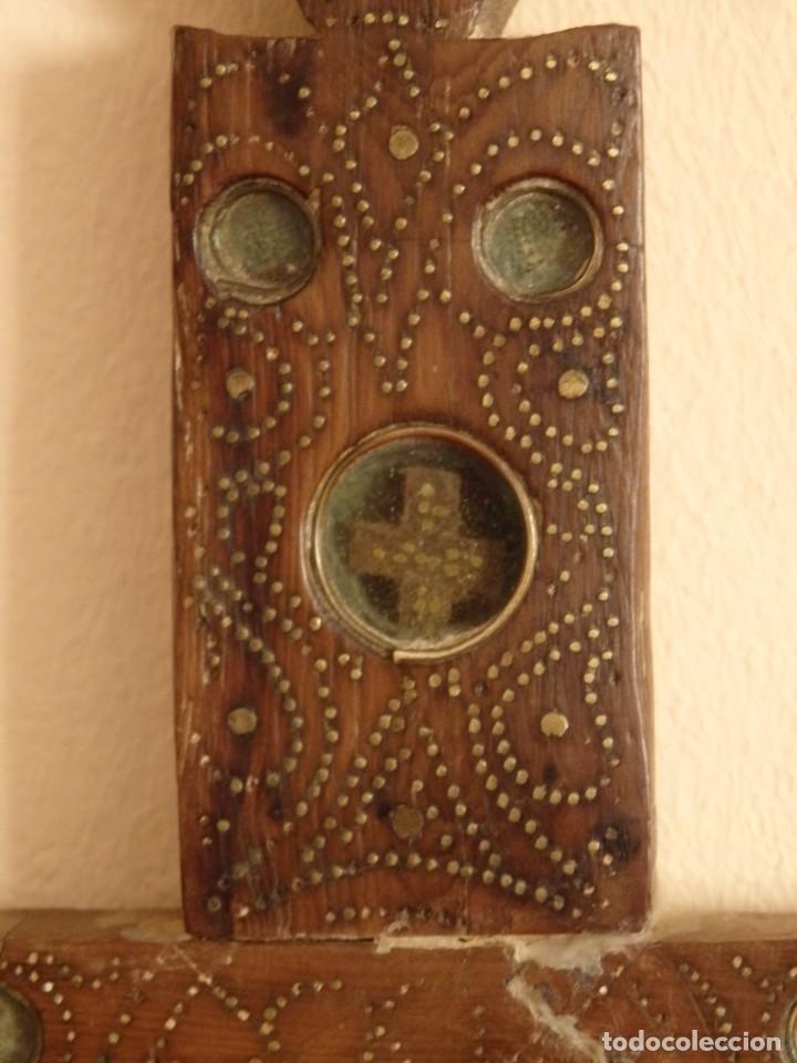 Antigüedades: Cruz relicario en madera tallada conteniendo cuarenta y dos oquedades. Siglos XVII.. - Foto 22 - 148702274